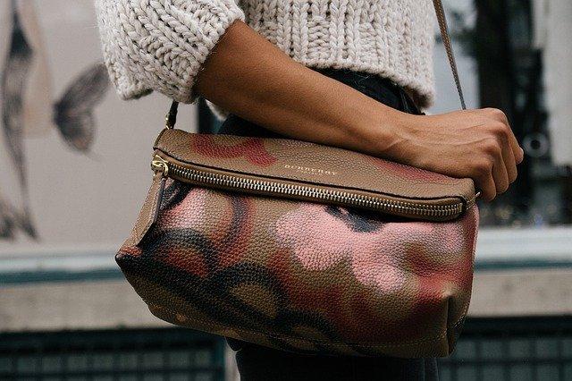 zajímavá kožená kabelka