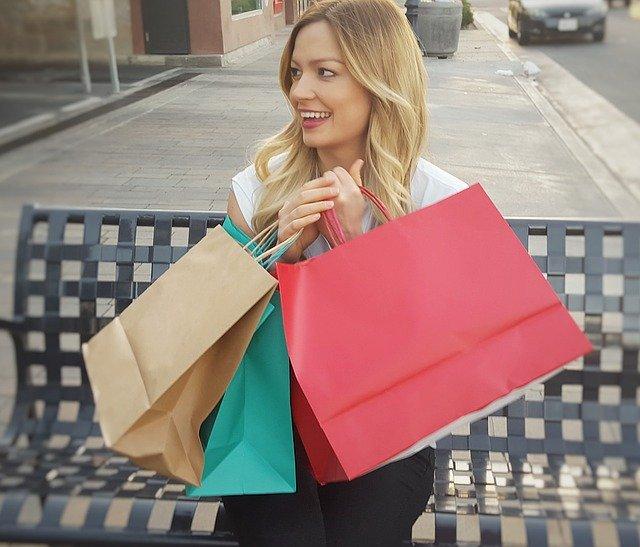 nákupní tašky a blondýnka