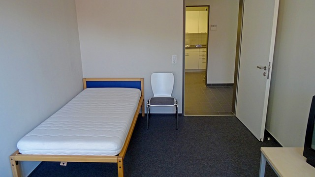 židle u postele