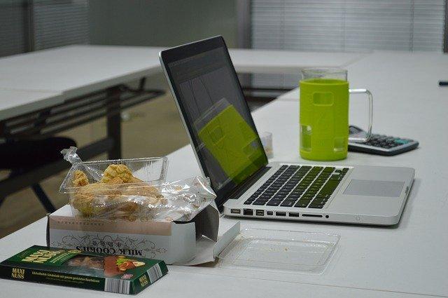 jídlo na stole