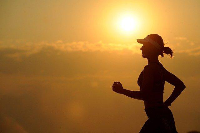 běžkyně s kšiltovkou