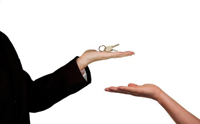klíče od domu na dlani.jpg