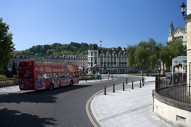 zájezdový autobus ve městě.jpg