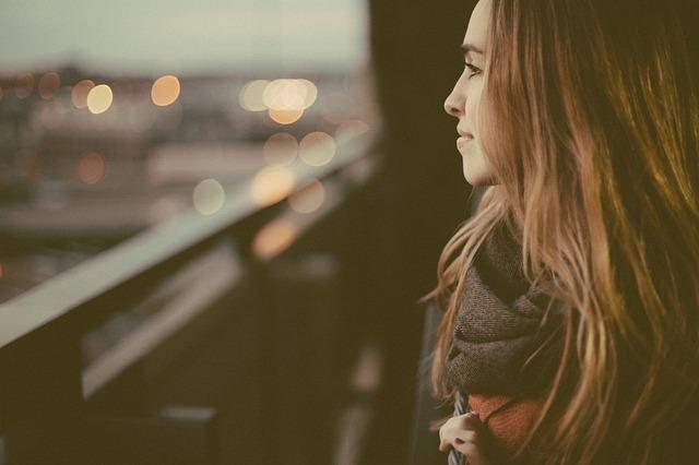 dívka na balkoně
