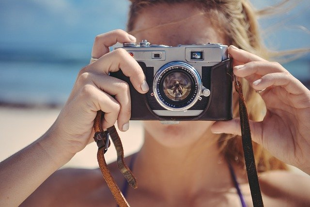 blondýna s fotoaparátem